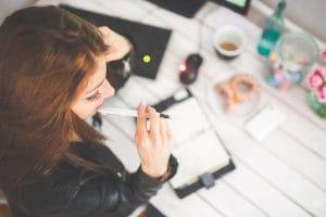 «Ей всегда и все нужно про тебя знать»: в сети запустили флешмоб о женских профессиях