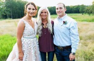 Девушка устроила свадьбу незнакомой паре