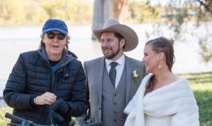 Нежданный гость на свадьбе: Пол Маккартни попал на фото к молодоженам