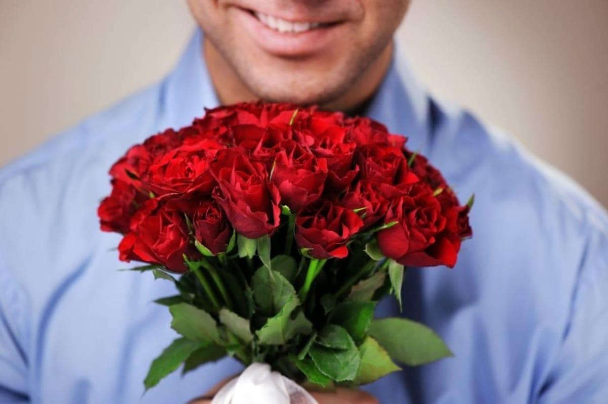 Открытка мужчина с большим букетом роз, днем