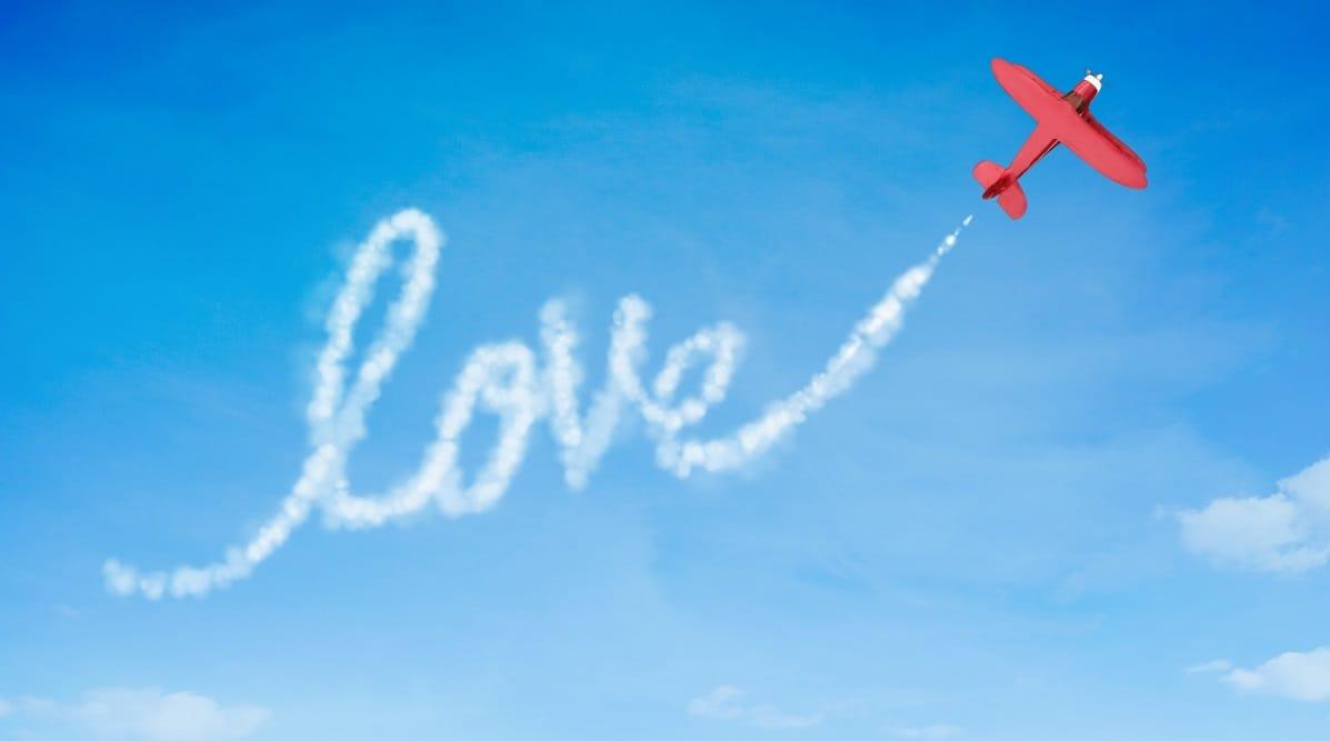 Предложение руки и сердца в самолете: пассажиры помогли возлюбленному сделать все красиво