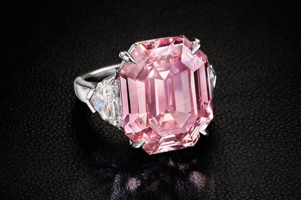Уникальный розовый бриллиант продали за рекордную сумму