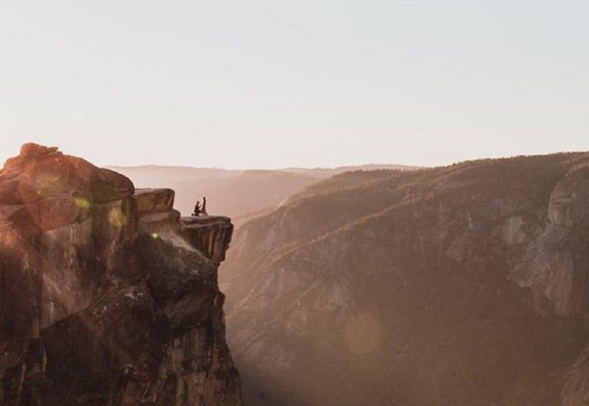 Трогательное предложение руки и сердца на вершине скалы попало на фото