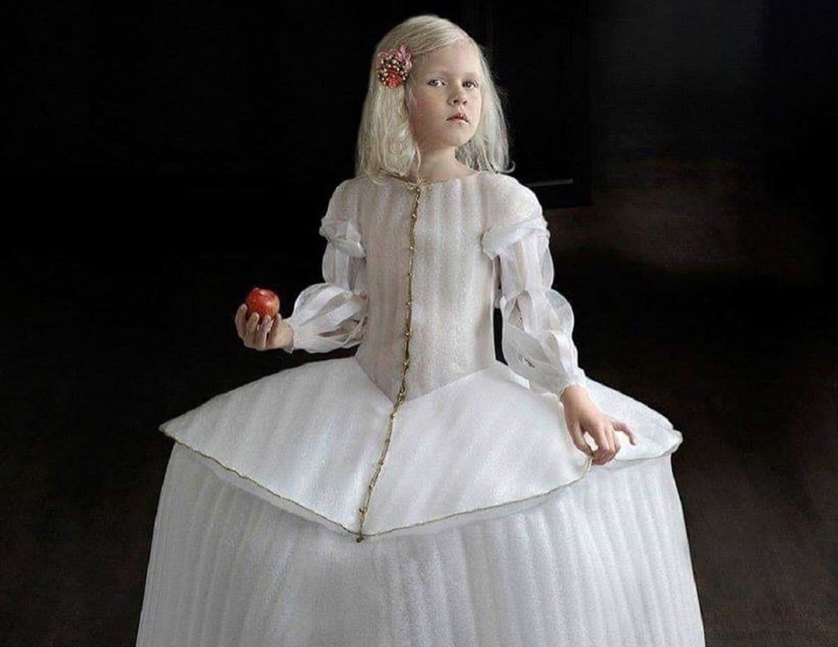 Художница сделала костюмы эпохи Ренессанса из пластика
