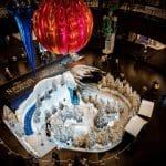 Самую большую в мире елочную игрушку показали в Дубае