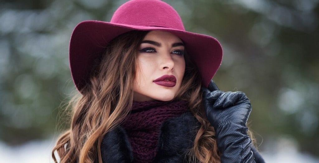 Фэшн-блогер показал, как носить шляпу зимой