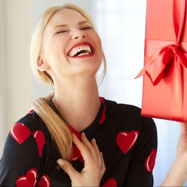 Хочу тебя сегодня радовать: топ самых желанных подарков на 8 марта