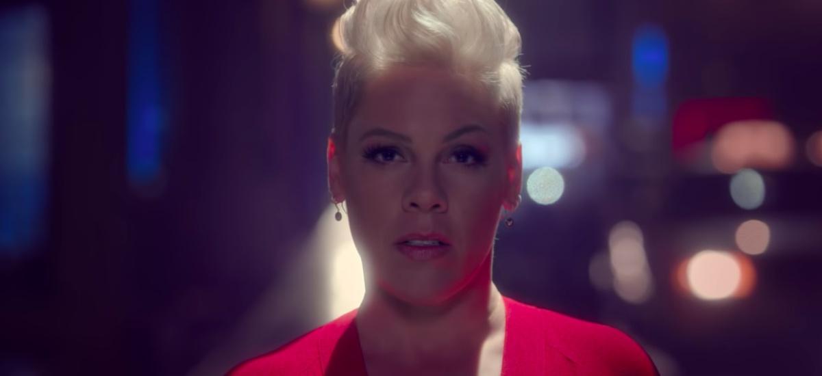 Пинк выпустила новый клип на песню «Walk me Home»