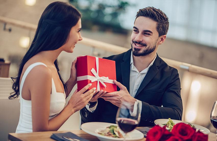Девушка украшения драгоценности подарок от мужчины