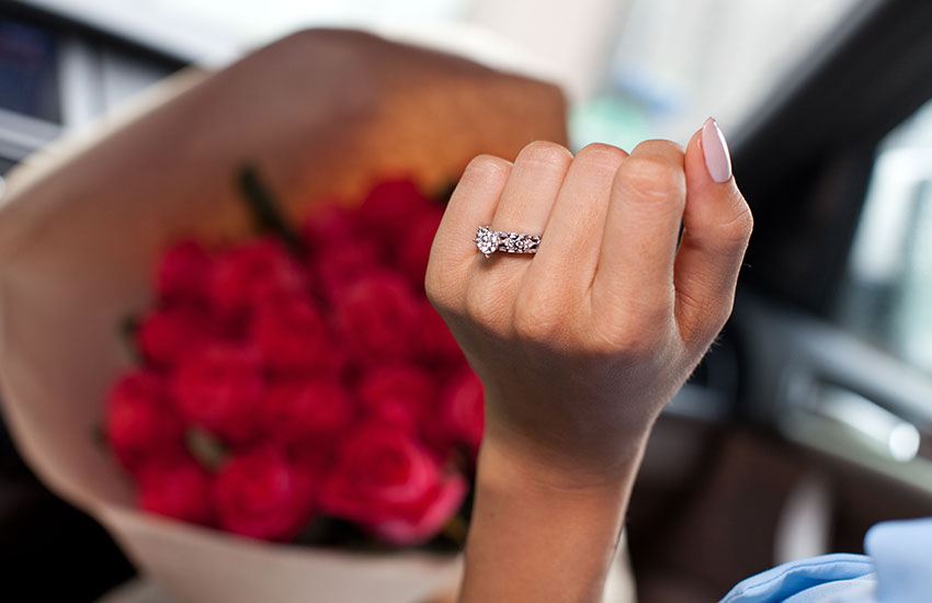 Девушка бриллианты кольцо