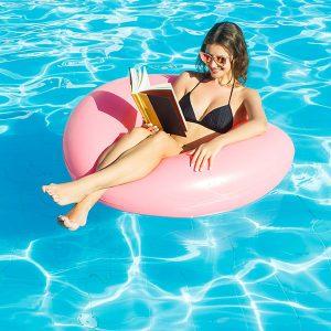 «Ложь, латте и легинсы» и еще 4 книги, которые стоит взять в отпуск