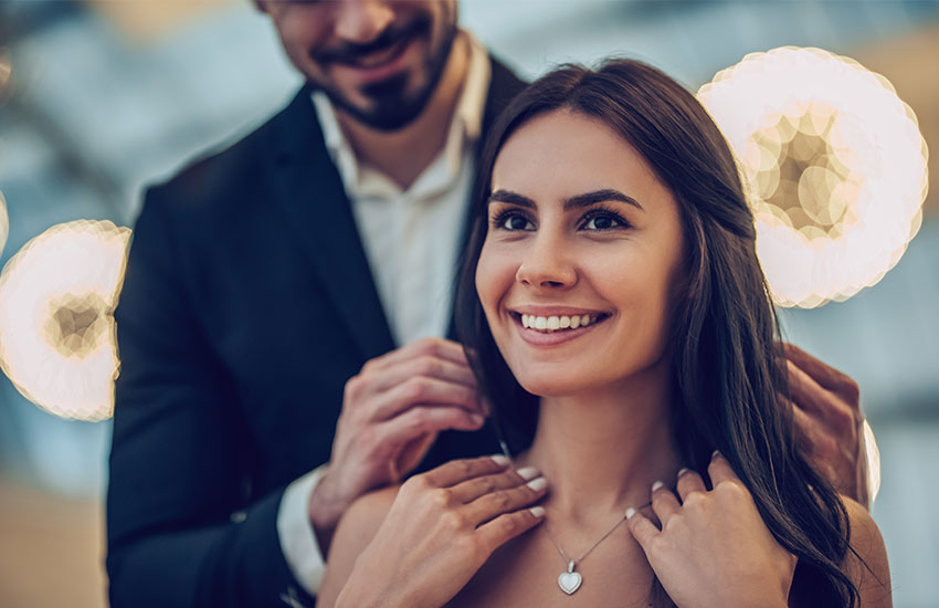 Девушка мужчина украшение тонкая цепочка привлекательность