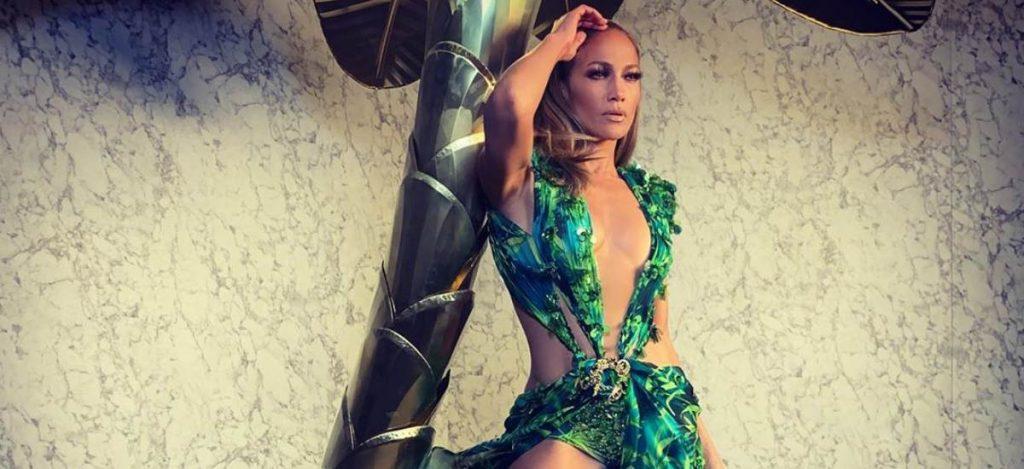 Дженнифер Лопес вышла на подиум в легендарном платье Versace