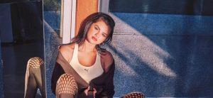 Селена Гомес снялась в рекламе «металлических» кроссовок