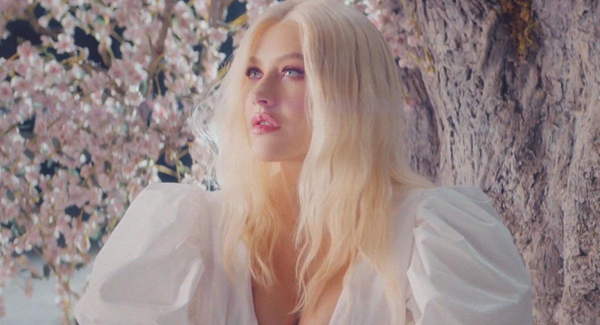 Кристина Агилера  предстала в образе Весны в клипе «Fall On Me»