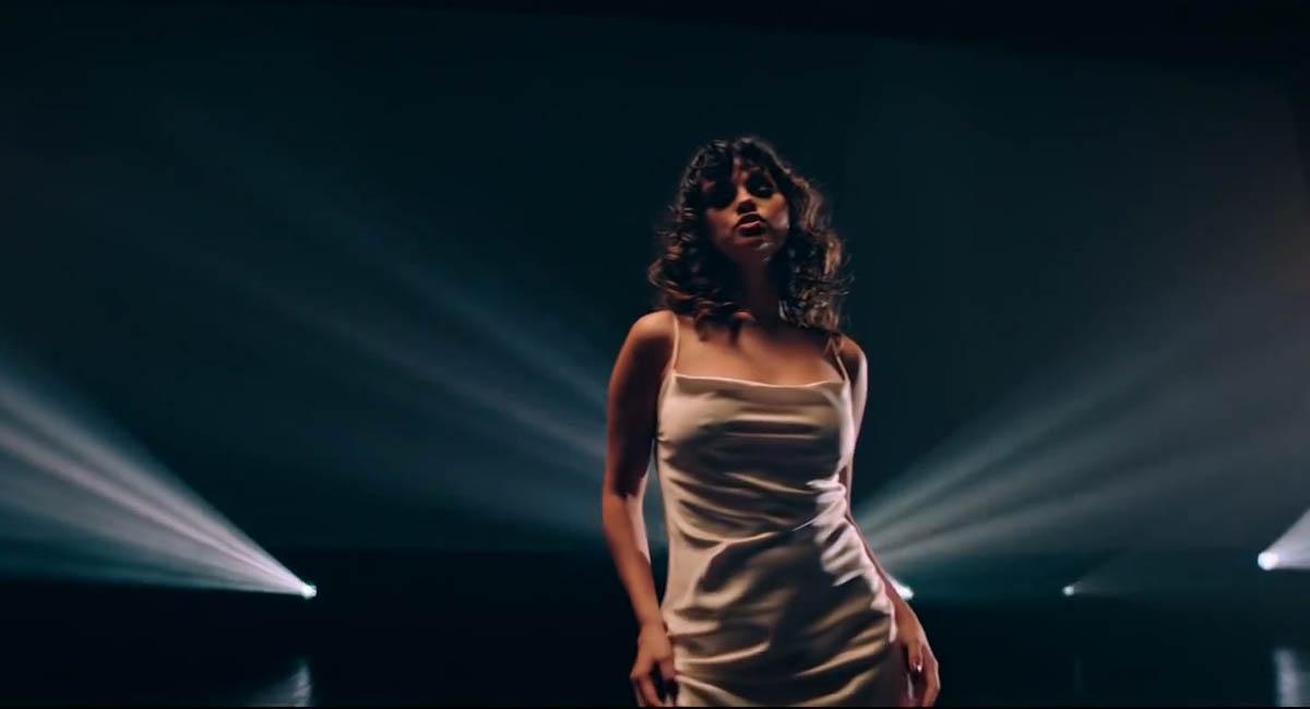 Селена Гомес выпустила клип «Dance Again» и тематический мерч к нему
