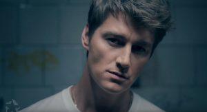 Алексей Воробьев рассказал о своем детстве в клипе «Мама, все пройдет»