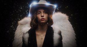 Майя Хоук из «Очень странных дел» сняла клип «By Myself»