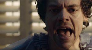 Гарри Стайлс поет под водой в клипе «Falling»