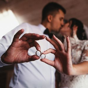 Синтеринг: 5 причин выбрать комбинированные кольца для свадьбы