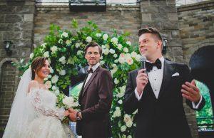 Свадебный ведущий: приглашать нельзя обойтись
