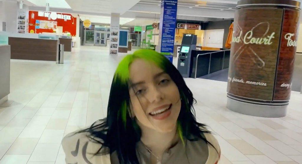 Билли Айлиш гуляет по пустому торговому центру в новом клипе