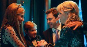 Павел Деревянко и Ольга Медынич в трейлере комедийного сериала «Идеальная семья»