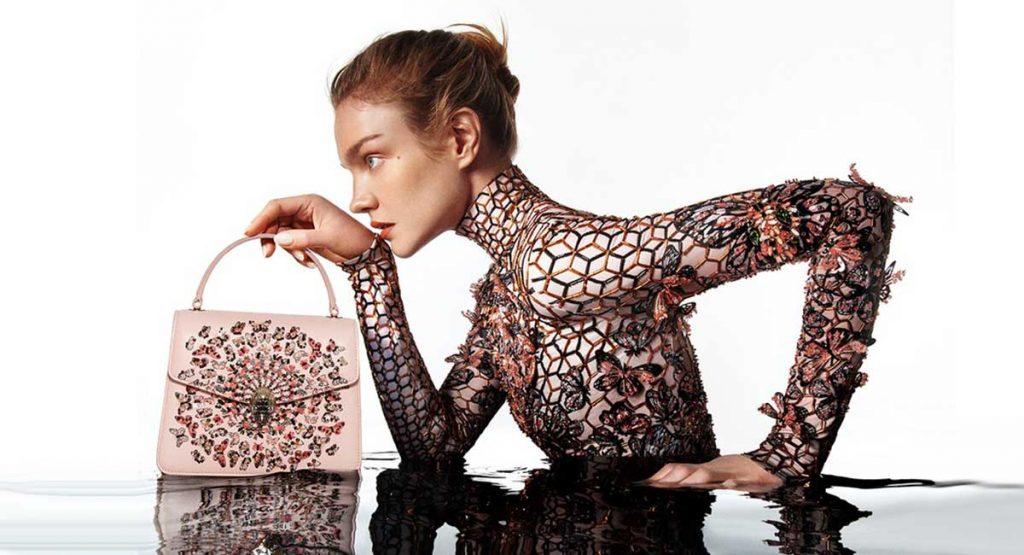 BVLGARI выпустили совместную коллекцию сумок с Мэри Катранзу