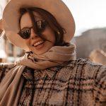 Спроси стилиста: как носить солнечные очки с осенними луками