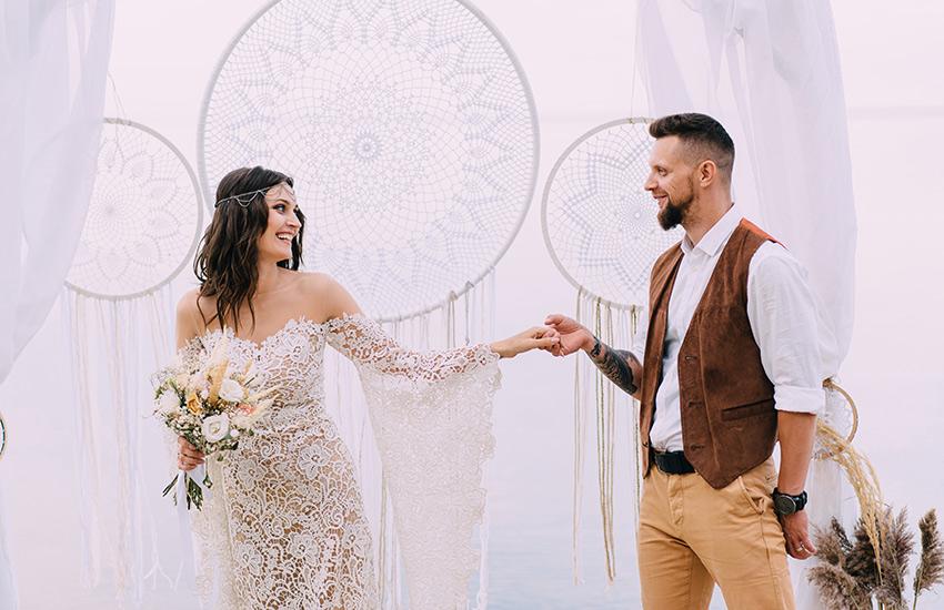 Свадебные украшения 2022: обручальные кольца и аксессуары